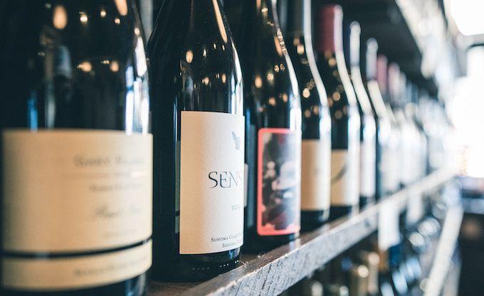 ワインを選んでいる写真
