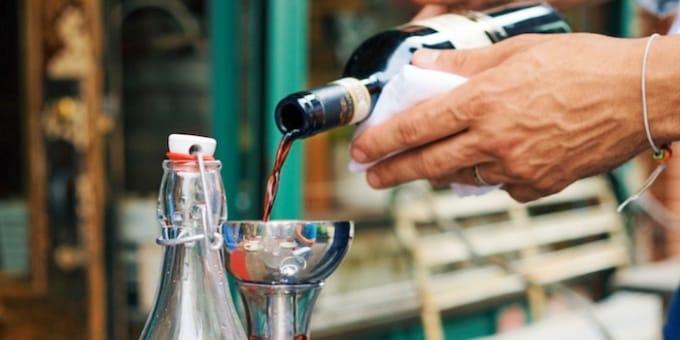 ソムリエがワインを注いでいる写真